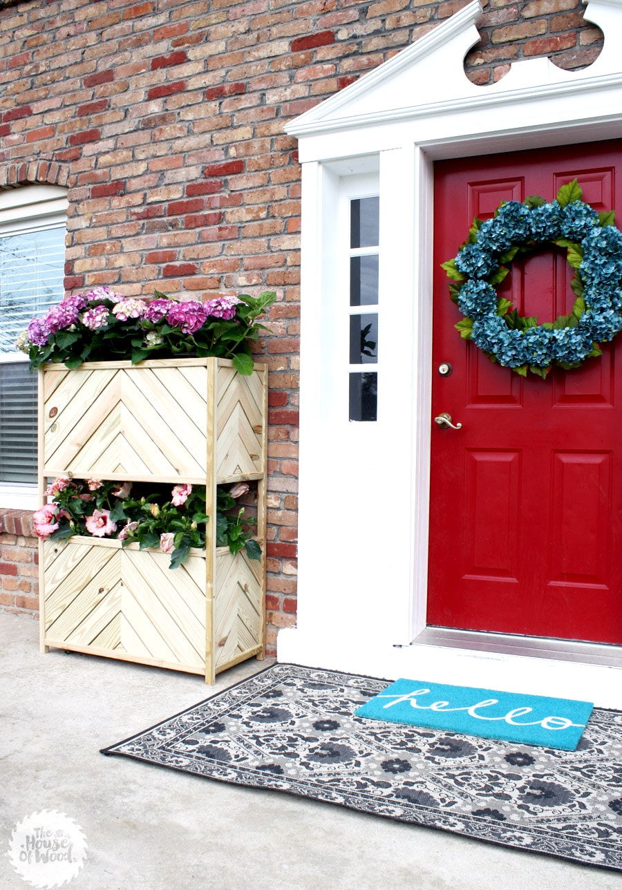 How to build a two-tiered vertical planter. Free plans and step-by-step tutorial!
