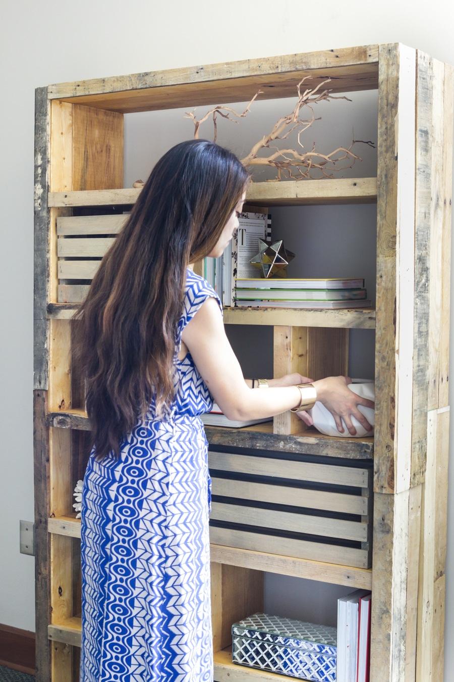 DIY Crates and Pallet Bookshelf