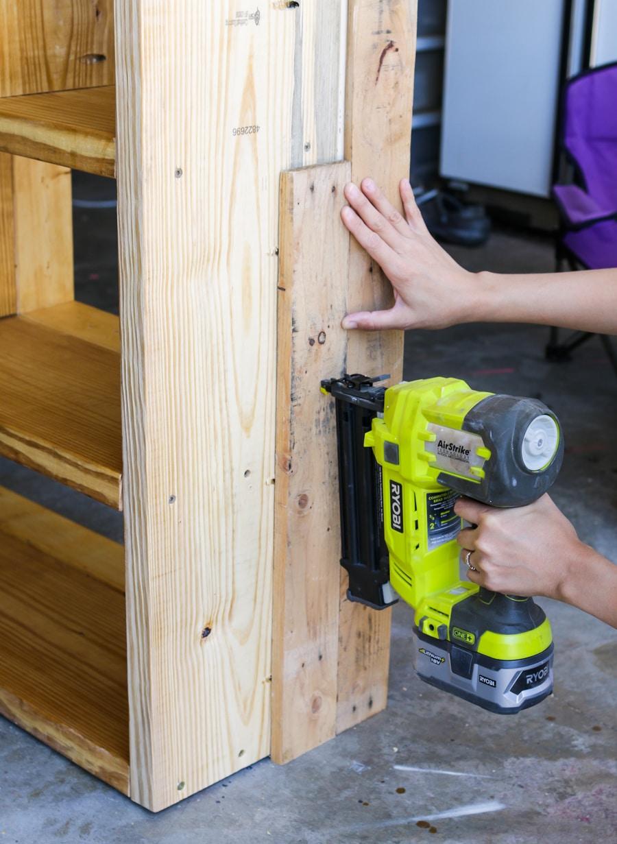 How to build a DIY pallet bookshelf