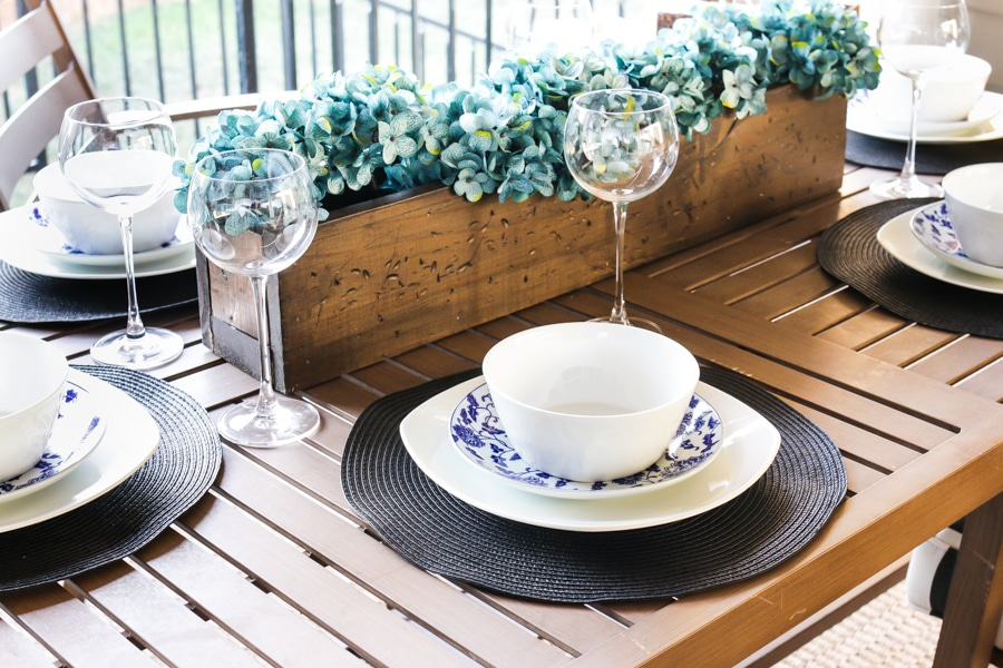 How to set a patio dining table