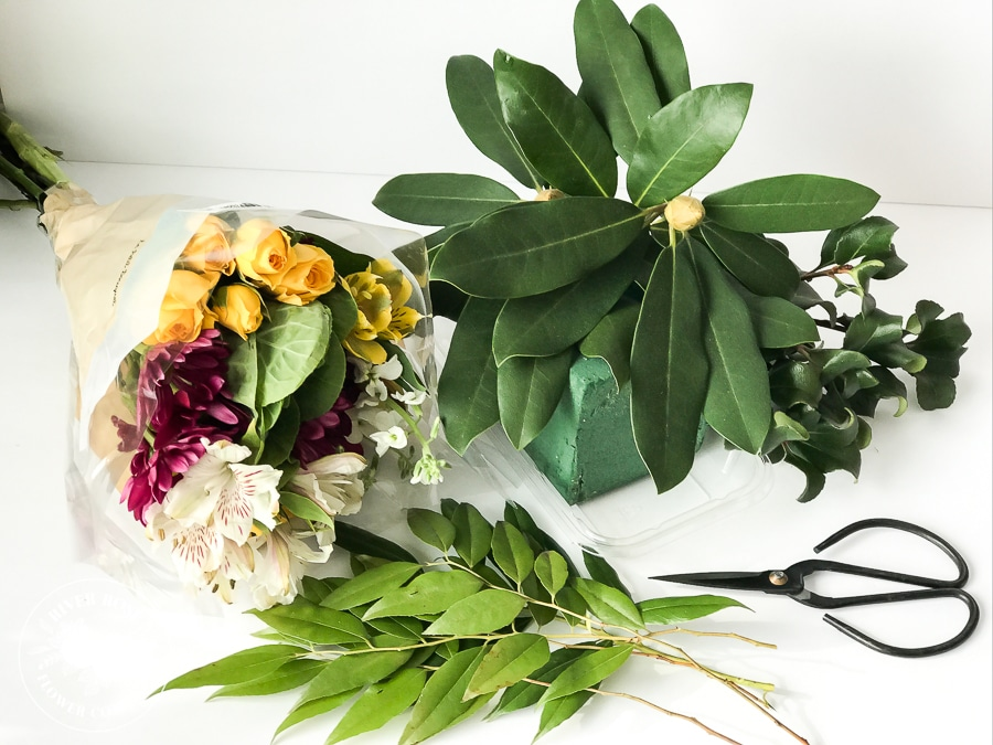 How to make a $4 centerpiece with grocery store flowers