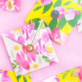DIY Floral Patterned Envelope And Tag Set - Design and make your own pretty floral stationery with this free template. Click through for the tutorial!