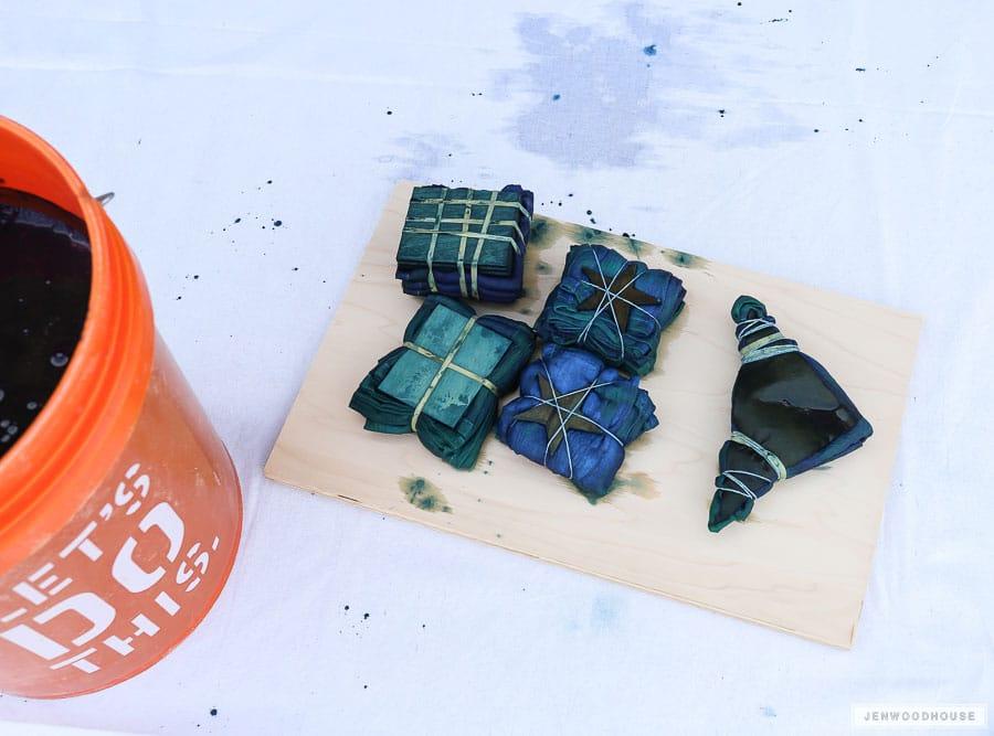 How to indigo dye napkins using the shibori technique